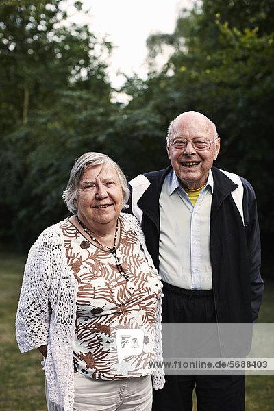 Älteres Paar lächelt gemeinsam im Freien