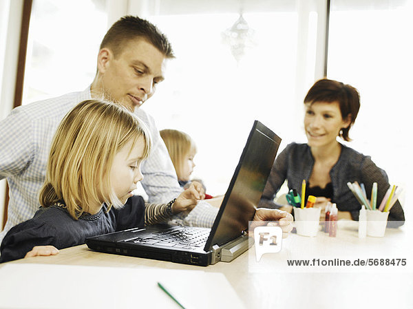 Vater und Tochter mit Laptop