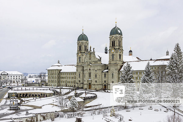 Benediktinerabtei  Schnee  Einsiedeln  Schweiz  Europa