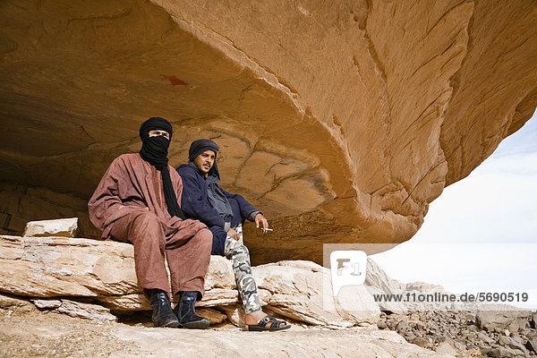 Tuaregs in der Gebirgswüste des Akakus  Akkakus  Tadrart Acacus  Libyen  Afrika Tuaregs in der Gebirgswüste des Akakus, Akkakus, Tadrart Acacus, Libyen, Afrika