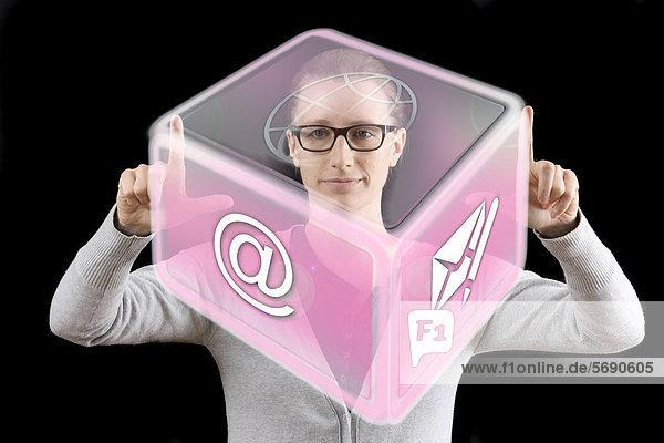 Frau bedient virtuelles Icon  interaktive Bedienoberfläche  Symbolbild virtuelles Arbeiten