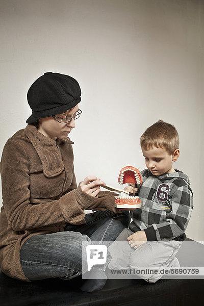 Junge bei der Zahnputztante  Unterricht für Zahnpflege