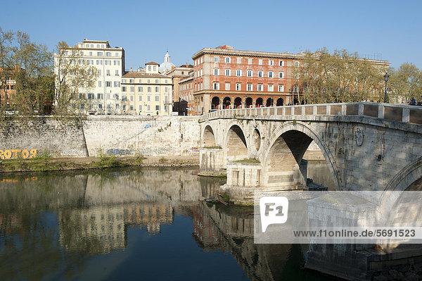 Brücke über den Fluss Tiber  Tevere  Ponte Sisto  Rom  Latium  Italien  Südeuropa  Europa
