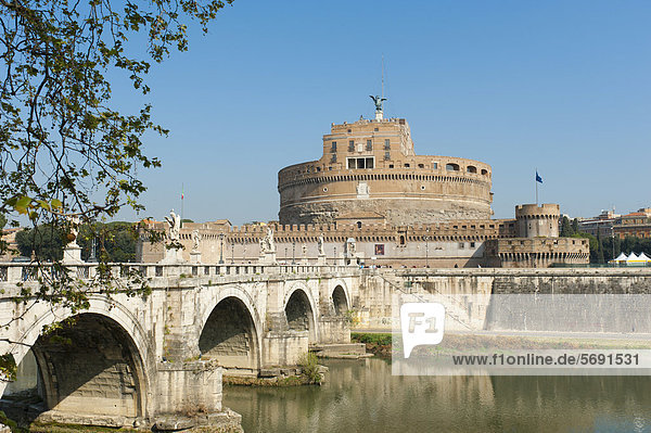 Engelsbrücke über den Fluss Tiber und Engelsburg  Castel SantíAngelo  Rom  Latium  Italien  Südeuropa  Europa