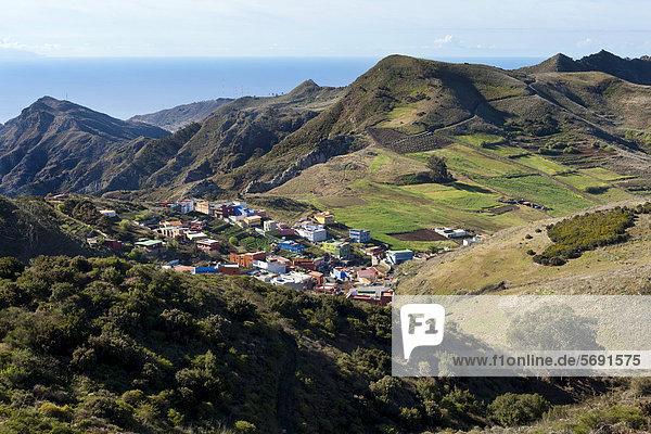 Blick vom Mirador de Jardina auf ein Bergdorf  nahe La Laguna  Nordost-Teneriffa  Teneriffa  Kanaren  Spanien  Europa