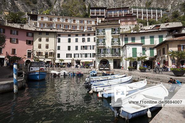 Hotel und Restaurant am Hafen  Limone sul Garda  Gardasee  Lombardei  Italien  Europa  ÖffentlicherGrund