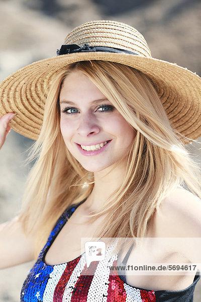 Junge Frau mit Strohhut  Portrait