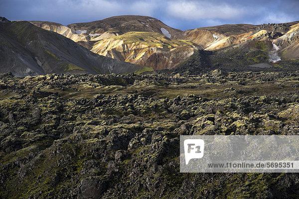 Rhyolith-Berge und Lavafeld Laugahraun  Landmannalaugar  Fjallabak Naturschutzgebiet  Hochland  Island  Europa