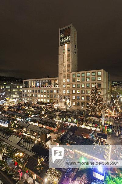 Weihnachtsmarkt auf dem Marktplatz  Rathaus  Marktstände  Schnee  Stuttgart  Baden-Württemberg  Deutschland  Europa