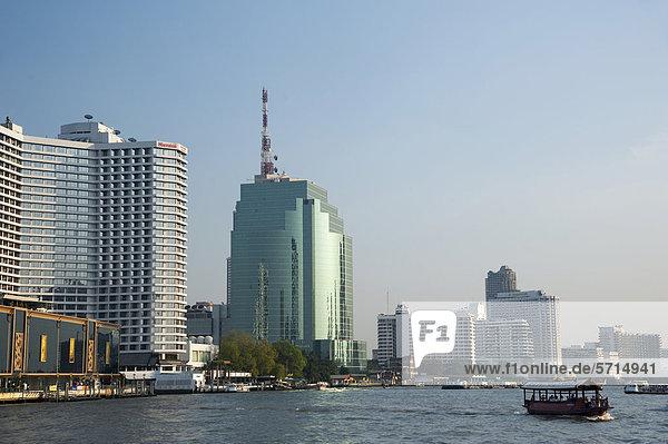 Boot auf dem Fluss Chao Phraya  Blick auf die Stadt  Bangkok  Thailand  Asien