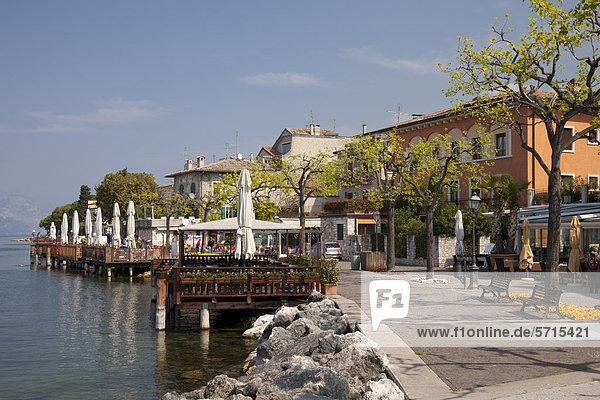 Uferpromenade  Torri del Benaco  Veneto  Venetien  Gardasee  Italien  Europa  ÖffentlicherGrund