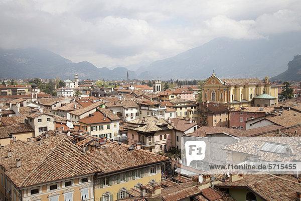 Ausblick vom Uhrturm Torre Apponale auf Riva del Garda mit den Kirchen Santa Maria Assunta und Chiesa dell Inviolata  Riva del Garda  Trentino-Alto Adige  Italien  Europa