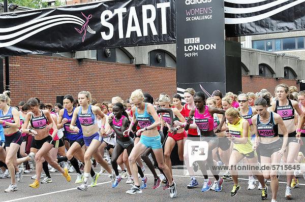 Läuferinnen beim Start  Adidas Women's 5k Challenge  Hyde Park  London  England  Großbritannien  Europa