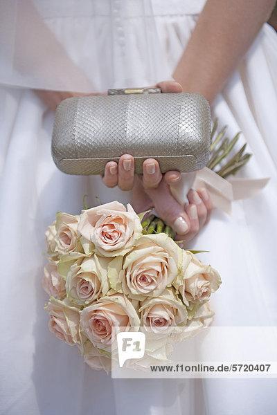 Deutschland  Braut mit Rosenstrauß und Gelege
