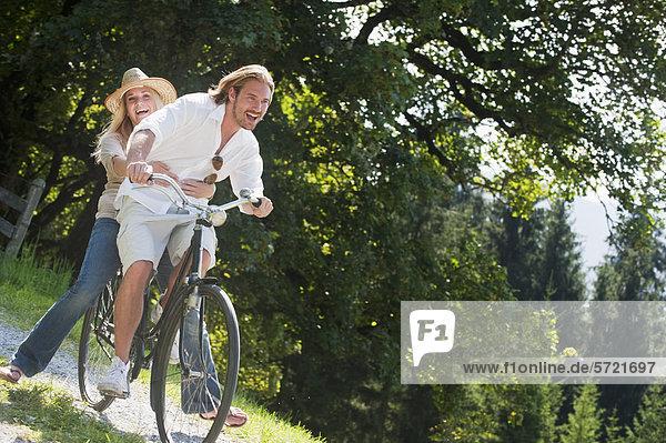 Österreich  Salzburger Land  Paarfahren altes Fahrrad