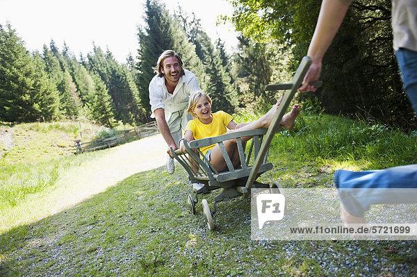 Österreich  Salzburger Land  Familie mit Regalwagen