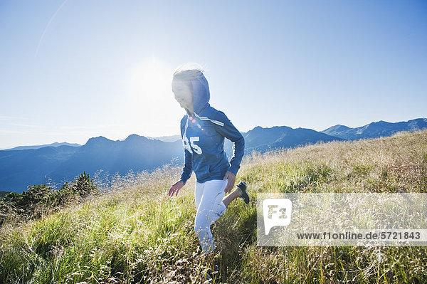 Österreich  Salzburger Land  Junge Frau beim Laufen auf der Alm Österreich, Salzburger Land, Junge Frau beim Laufen auf der Alm