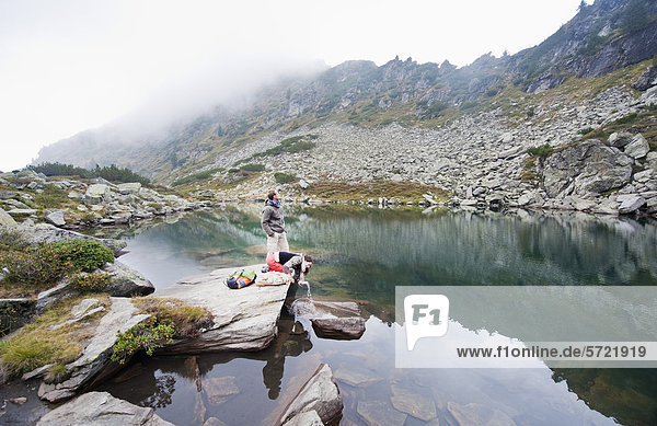 Österreich  Steiermark  Mann und Frau beim Ausruhen am Obersee