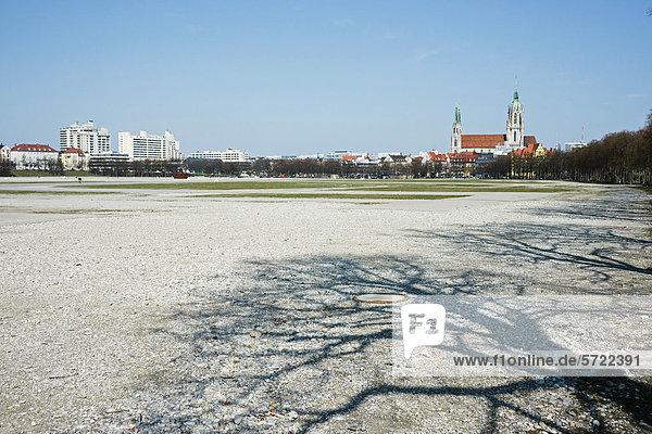 Deutschland  Bayern  München  Blick auf die Theresienwiese  Pauluskirche im Hintergrund