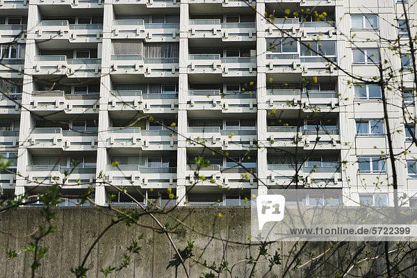 Deutschland  Bayern  München Westend  Hochhaus hinter der Betonmauer