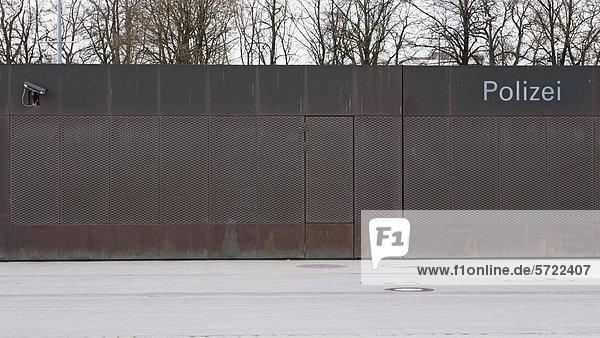 Deutschland  München  Gesicherte Mauer und Eingang der Polizeistation