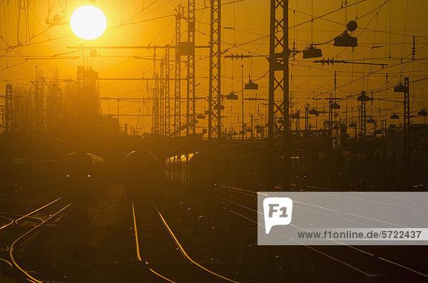 Deutschland  Bayern  München  Blick auf den Hauptbahnhof bei Sonnenuntergang