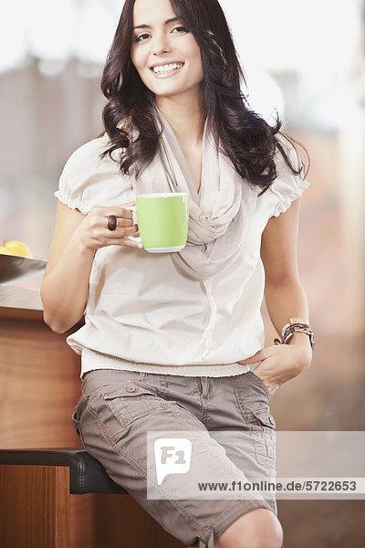 Junge Frau mit Tasse  lächelnd  Portrait