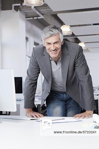 Reifer Mann im Amt  lächelnd  Porträt Reifer Mann im Amt, lächelnd, Porträt