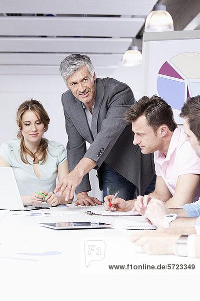 Männer und Frauen diskutieren im Amt