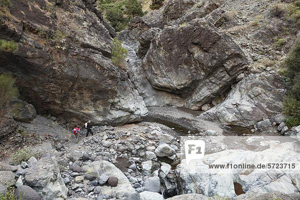 Spanien  La Palma  Frauen beim Wandern in Caldera de Taburiente