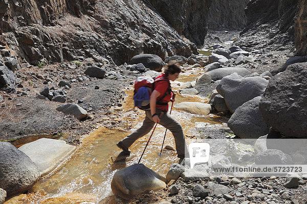 Spanien  La Palma  Frau beim Wandern im Nationalpark Caldera de Taburiente