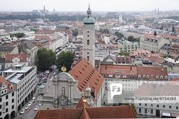Deutschland  Bayern  München  Blick auf die Heilig-Geist-Kirche vom Turm der St. Peterskirche aus