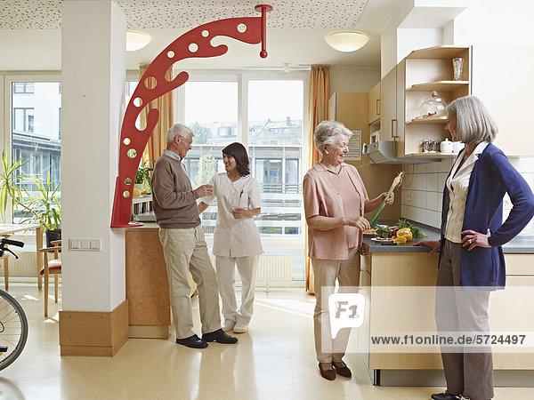 Männer und Frauen im Pflegeheim
