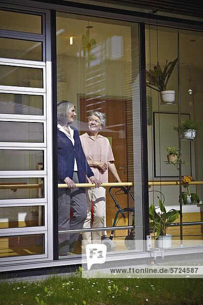 Seniorinnen im Pflegeheim  lächelnd