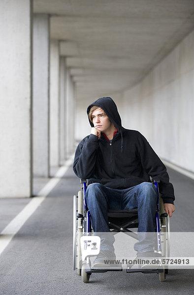 Österreich  Mondsee  Junger Mann im Rollstuhl bei der U-Bahn