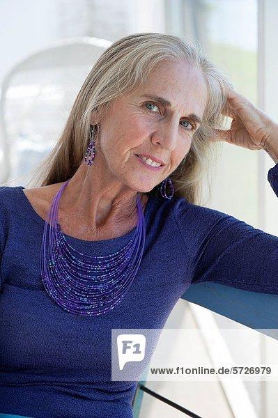 Portrait  Frau  lächeln  Blick in die Kamera  alt  Jahr