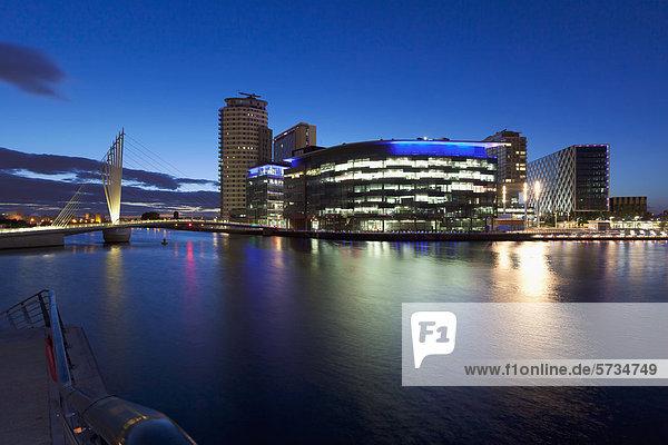 BBC Quay House  Gebäude bei Nacht  MediaCityUK  Salford Quays  Manchester  England  Großbritannien  Europa