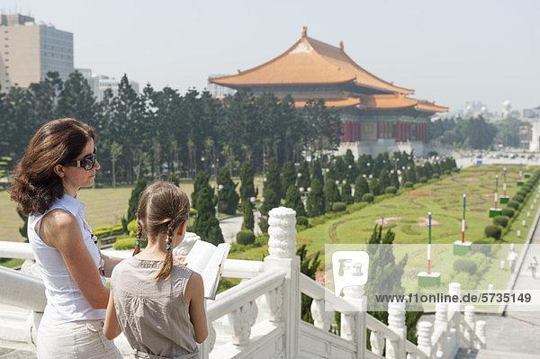 Mutter und Tochter Leseführer in der Chiang Kai-shek Memorial Hall  Taipeh  Taiwan