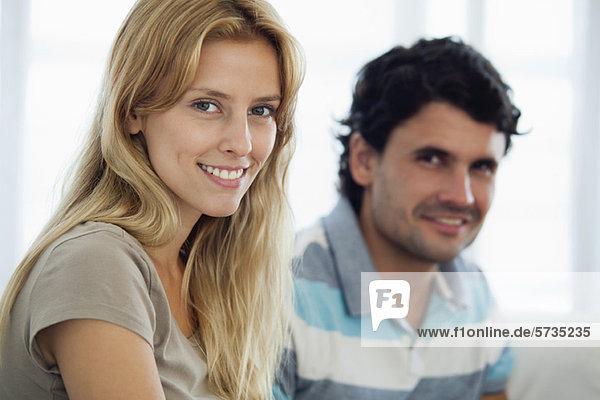 Junge Frau zu Hause mit Mann