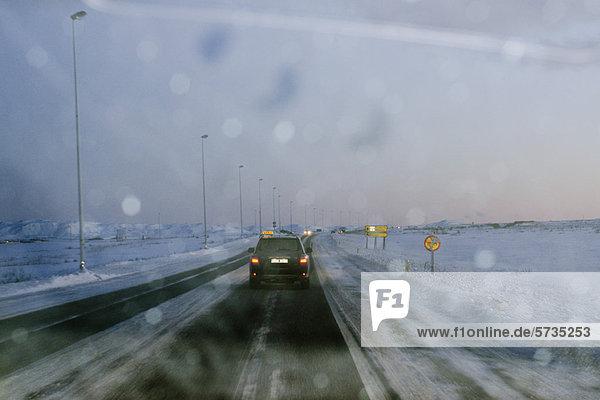 Island  Straße vom Flughafen Keflavik nach Reykjavik durch die Windschutzscheibe gesehen