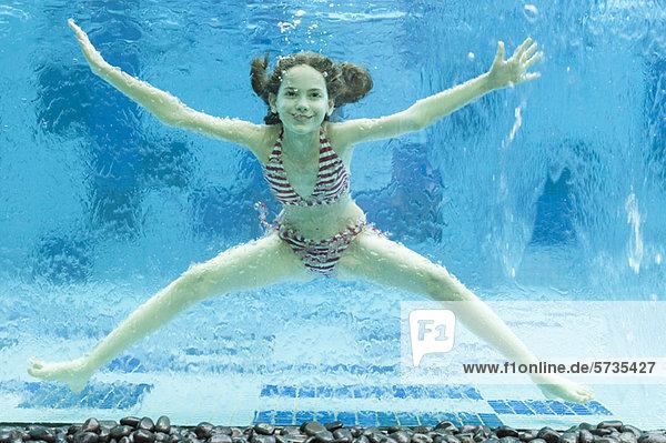 Mädchen schwimmen unter Wasser im Schwimmbad