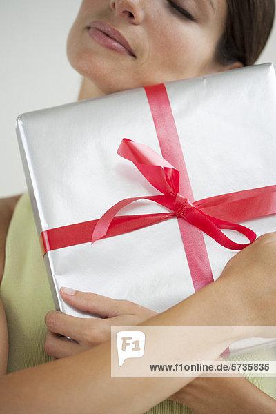 Frau umarmt Geschenk