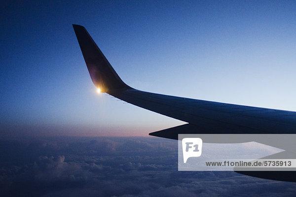 Flügel des Flugzeugs in der Dämmerung