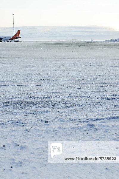 Flugzeug auf schneebedecktem Asphalt am Keflavic International Airport  Keflavik  Island