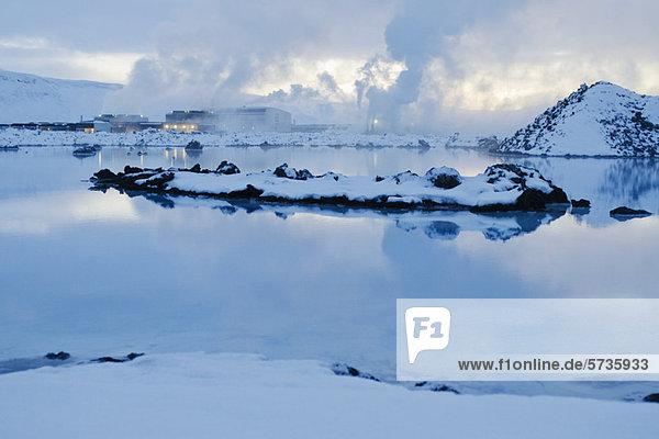 Island  Halbinsel Reykjanes  Blue Lagoon Geothermal Spa  Geothermiekraftwerk im Hintergrund
