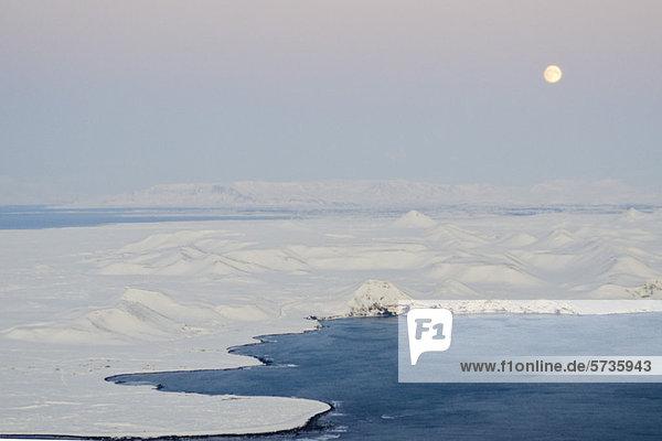 Mondaufgang über der Küste Islands