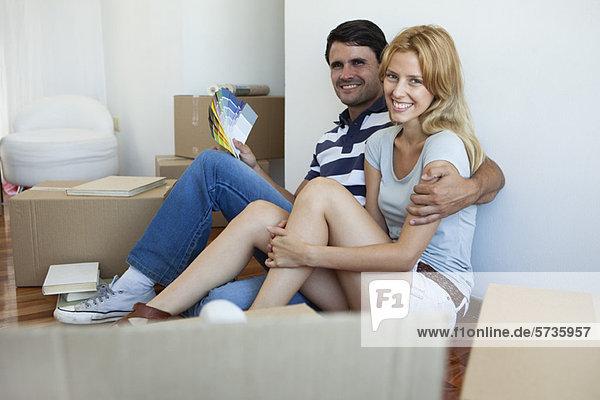 Paar auspacken im neuen Haus  Mann mit Farbmustern