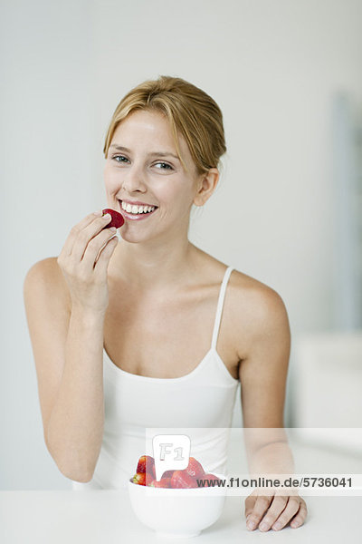 Junge Frau mit Erdbeerenschale  Portrait