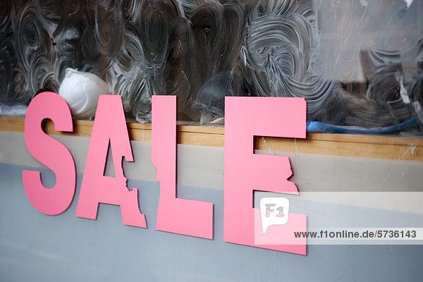 Verkaufsschild am Schaufenster