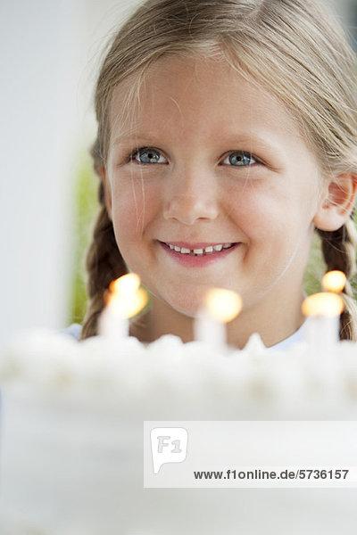 Mädchen mit Geburtstagskuchen  Portrait